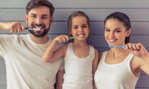 famille se brossant les dents