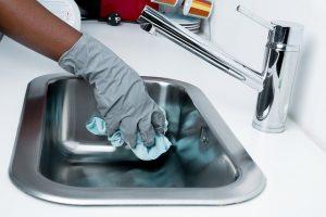 Personne nettoyant son évier