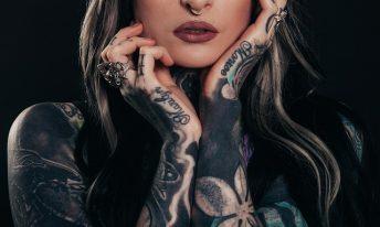 femme avec un tatouage