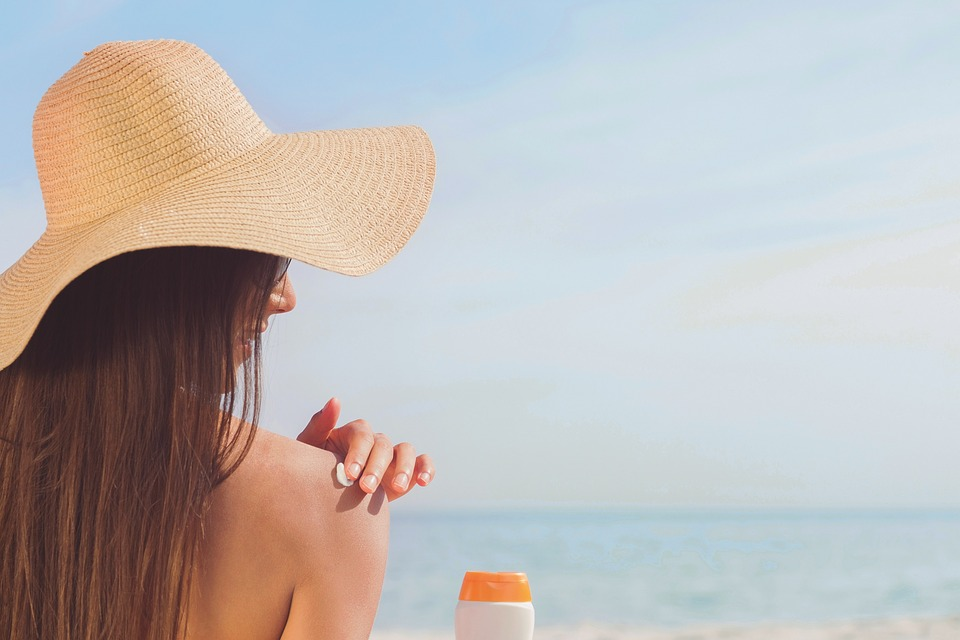 Femme à la place, protection peau au soleil